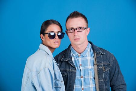 男と青色の背景色、デニム スタイル、美容、ファッション、夏、学生のライフ スタイルの愛のカップルでサングラス ・ メガネ ・ ジーンズのジャ