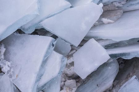 Stukjes ijs of bevroren water, blauwe en witte kleur met frost crystal structuur getextureerd oppervlak op abstracte glaciale achtergrond. Winter, natuur