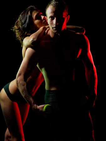 스포츠. 근육질의 몸과 몸통을 지닌 섹시한 남자가 운동 손과 소녀, 아내, 건강과 운동, 전희, 유혹, 부드러움과 애정, 양성 애자, 운동에서 아령이나 바 스톡 콘텐츠