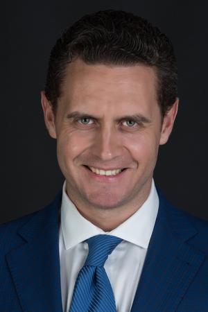 幸せな男、ビジネスマンやスタイリッシュな髪、ファッショナブルなフォーマル スーツ ジャケットに笑みを浮かべて散髪マネージャー ホワイト シ 写真素材