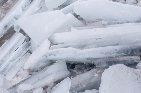 壊れた氷片または凍結する水、霜の結晶構造と青と白の色は氷河の抽象的な背景の表面をテクスチャしました。冬、自然 写真素材