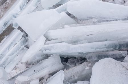 Ijs gebroken stukken of bevroren water, blauwe en witte kleur met de geweven oppervlakte van de vorstkristalstructuur op abstracte ijzige achtergrond. Winter, natuur Stockfoto