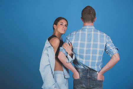 男と女。シャツの背中と青色の背景色、デニム スタイル、美容、ファッション、夏、学生のライフ スタイルの愛のカップルのジーンズのジャケット 写真素材