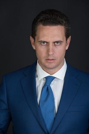 ビジネスマン、成功したマネージャーやスタイリッシュな髪で、散髪のエレガントなブルーのフォーマルでポーズをとって自信を持って男性のジャ