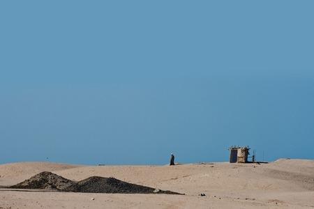 Dunas de arena en desierto con la tienda beduina y nómada el día soleado en fondo del cielo azul. Barchans y paisaje arenoso. Vacaciones de verano. Viajes y viajes Pasión de viajar Foto de archivo - 81652683