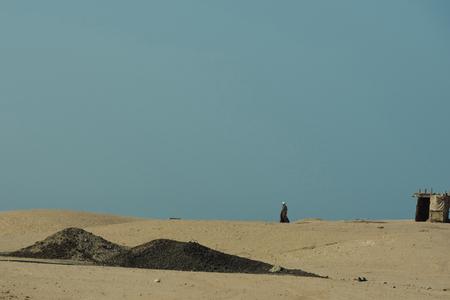 Verlassen Sie mit Sanddünen, Beduinen und Nomadenzelt am sonnigen Tag auf Hintergrund des blauen Himmels. Barchans und sandige Landschaft. Sommerurlaub. Reisen und Reisen. Fernweh Standard-Bild - 81810972
