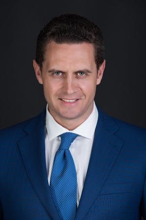 幸せな男。ビジネスマンやスタイリッシュな髪、ファッショナブルな青い正式に笑みを浮かべて散髪マネージャー ジャケット、白いシャツをスーツ 写真素材