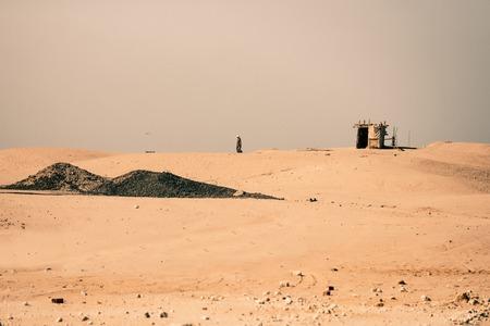 Woestijn met bedouin en nomadetent op gouden zand op zonnige dag op rooskleurige hemelachtergrond. Barchans, duinen en zanderig landschap. Zomervakantie. Reizen en reizen. Reislust