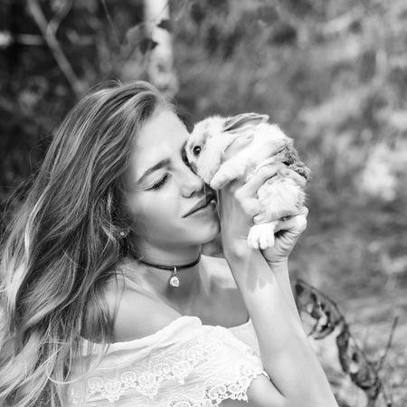 lapin sexy: Modèle, femme, bisous, mignon, petit, lapin, été, jour, naturel, fond, noir, blanc