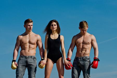 여자와 쌍둥이 근육 질의 몸입니다. 남자와 코치 맑은 푸른 하늘에 야외. 복서 운동과 건강한 체력. 스포츠 사람 또는 팀 작업. 승자와 여자와 권투 장
