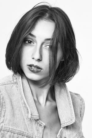 黒と白、白地に分離されたブラウスの少女 写真素材