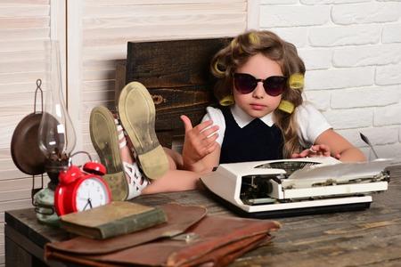 서류 가방 및 알람 시계와 함께 하위입니다. 안경에서 경력을 선택하십시오. 경기자 머리 가진 작은 소녀. 교육과 어린 시절. 작은 아기 비서.