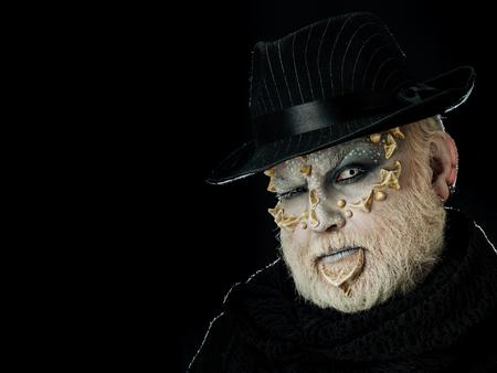 人や外国人に白い目をまばたき暗い背景に黒い帽子でドラゴンの皮で顔ひげを生やした。ホラーやファンタジーの概念、コピー スペース