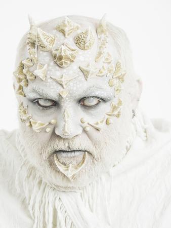 파충류 남자 맹인 눈과 흰색 배경에 화려한 피부 얼굴에 회색 수염을합니다. 미스터리와 판타지 개념입니다. 스톡 콘텐츠
