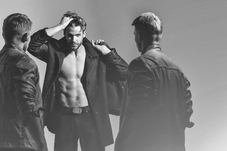 Caras, homens ou fotógrafo com torso nu e corpo sexy mantêm câmera fotográfica e sacos, preto e branco Foto de archivo - 85075270