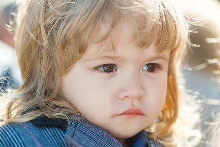 Junge Mit Braunen Augen Und Kleine Kleine Nase Auf Adorable Gesicht