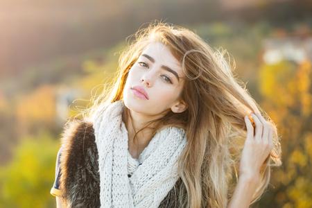 Fotomodell mit hübschem Gesicht. Mädchen auf natürlichem Hintergrund des Herbstes. Saison- und Herbstferien. Schönheit und Mode. Frau mit langem Haar und natürlichem Make-up.