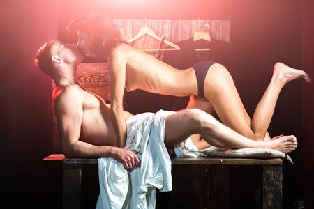 85831249-pareja-enamorada-de-sexy-hombre-y-mujer-novio-y-novia-en-la-mesa-amor-y-romance-hombre-con-cuerpo-mu.jpg?ver=6