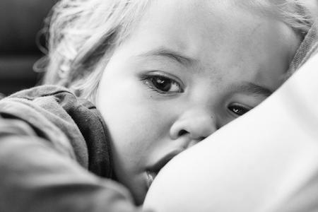 여성 유방 야외 근접 촬영을 빠는 금발 머리를 가진 작은 아기
