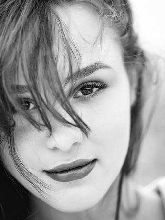 かなりかわいい顔ハシバミ目ファッション ナチュラルメイク ピンク唇、完璧な健康的な肌とブルネットの若い女性