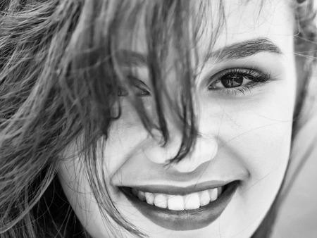 Jonge vrouw brunette met mooie schattige lachende gezicht hazelnoot ogen natuurlijke make-up roze lippen en perfecte gezonde huid