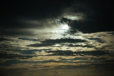 자연 백그라운드에서 석양 어두운 구름과 함께 저녁 하늘. 자연, 환경, 날씨 및 기후. 재해 및 위험 개념