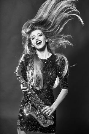 美容とファッション、音楽。サックスをきれいな女性。 写真素材