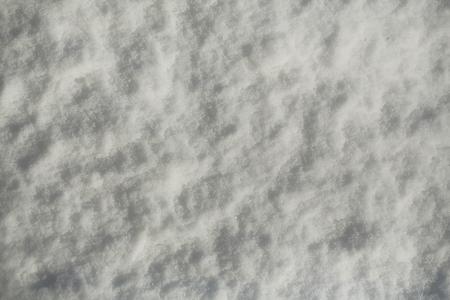 자연 배경에 눈이. 하얀 눈 덮인 질감 표면 겨울 날에. 크리스마스와 새 해입니다. 휴일 축 하 개념입니다.