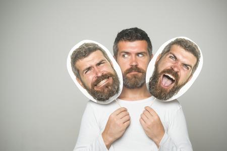 ファッションと美容理容室します。男や背景が灰色のひげを生やした男。感覚や感情。長いひげと口ひげを持つ男。深刻な怒っていると怖い顔保留