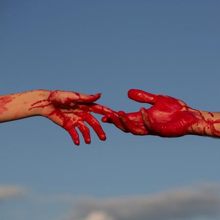 ゾンビの手が男性と女性の戦争の兵士の男と女の子または血の傷と青い空を背景には、皮膚上の赤い血の女性 写真素材 - 87717150