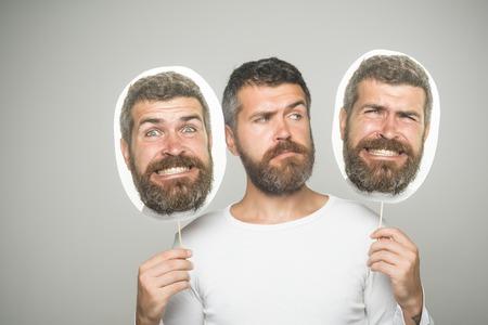 男や背景が灰色のひげを生やした男。感覚や感情。深刻な幸せな、怖い顔保留肖像画銘板で流行に敏感。ファッションと美容理容室します。長いひ 写真素材
