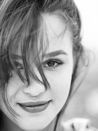 Het jonge vrouwenbrunette met vrij leuke gezichts hazelaarogen vormt natuurlijke make-up roze lippen en perfecte gezonde huid Stockfoto