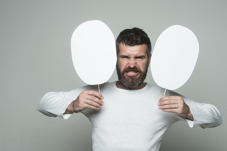 感情と感情灰色の背景に男やあごひげの男。長いあごひげと口ひげを持つ男。床屋のファッションと美しさ。怒った顔を持つヒップスターは、紙の 写真素材