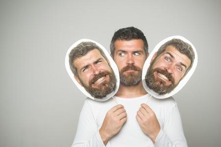 深刻な幸せな、怖い顔保留肖像画銘板で流行に敏感。ファッションと美容理容室します。感覚や感情。長いひげと口ひげを持つ男。男や背景が灰色 写真素材