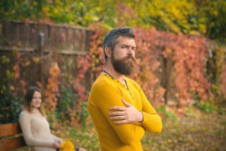 Relation amoureuse et romance. Homme et femme avec des feuilles d'arbres jaunes. Couple amoureux dans le parc automne au banc. Automne heureux couple de fille et homme en plein air. Saison de la nature et vacances d'automne.
