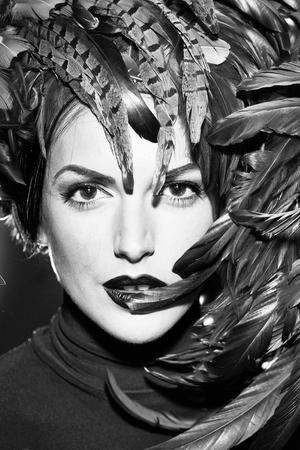 jonge sexy vrouw of meisje met rode lippen op mooi gezicht in mooie veer hoed bruine kleur als Halloween of carnaval vakantie kostuum, close-up Stockfoto