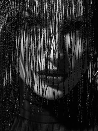 Jonge sexy vrouw of meisje met rode lippen op mooi gezicht in mooie veer hoed bruine kleur als halloween of carnaval vakantie kostuum en sluier op grijze achtergrond