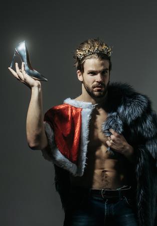 自由と lgbt、キッチュです。論文誌フリーク、ゲイや女装や同性愛者女王をドラッグします。クリスマス サンタ クラウン毛皮のコートの男。