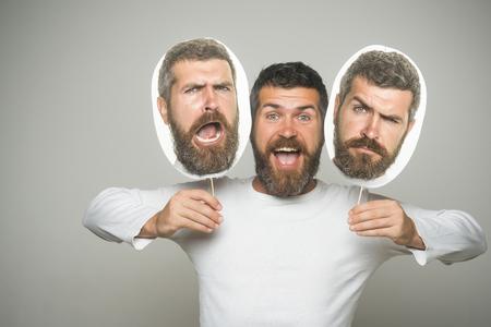長いひげと口ひげを持つ男。感覚と感情。灰色の背景に男やひげを生やした男。床屋のファッションと美しさ。悲しいと幸せな顔のヒップスターは