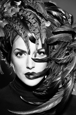 jong sexy vrouw of meisje met rode lippen op mooi gezicht in de mooie bruine kleur van de veerhoed als Halloween of Carnaval vakantiekostuum, close-up Stockfoto