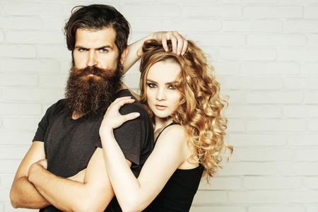 ファッション、美容、スタイルコンセプト。女の子とひげを生やしたヒップスターHipsterism、サブカルチャー、トレンド。髭の男と長いブロンドの髪