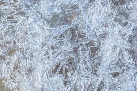 Achtergrond met ijs bevroren textuur. Textuur van ijsoppervlakte. Vorstkristalgrens op ijs, Kerstmisachtergrond. Kerstmis, bevroren venster textuur. Winter ijs achtergrond, nieuw jaar.
