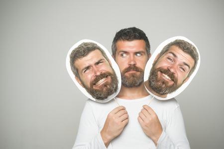 深刻な幸せな、怖い顔保留肖像画銘板で流行に敏感。ファッションと美容理容室します。感覚や感情。男や背景が灰色のひげを生やした男。長いひ