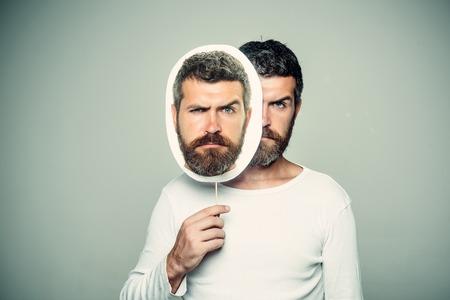 長いひげと口ひげを持つ男。男や背景が灰色のひげを生やした男。ファッションと美容理容室します。感覚や感情。悲しい顔で流行に敏感な肖像画 写真素材
