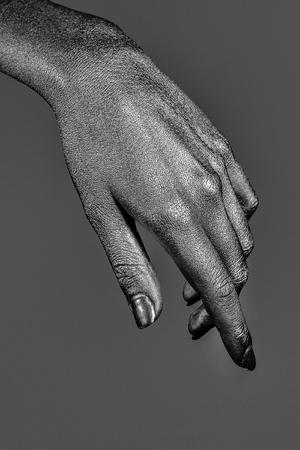 Feminino dourado ou ouro mão ou braço com palma e dedos com arte corporal pintada cor metalizada sobre fundo cinzento, closeup Foto de archivo - 90547625