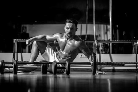 섹시 한 근육 젖은 몸 맨 손으로 몸통과 체육관에서 무거운 역기와 가슴 훈련 잘 생긴 젊은 남자 스톡 콘텐츠