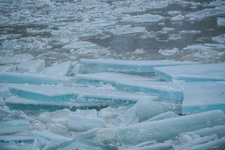 Winter ijsblok achtergrond, nieuw jaar. Achtergrond met gebarsten ijs bevroren textuur. Frost crystal ijzige kerst achtergrond. De textuur van de lente smelt sneeuw op water. Kerstmis, bevroren gletsjertextuur. Stockfoto