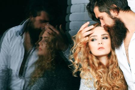 親密、情熱、もてもてメルビン。愛のカップルを窓からすに反映します。欲望、官能、誘惑の概念。長い髪とひげ抱擁女と男。浮気の関係、ロマン