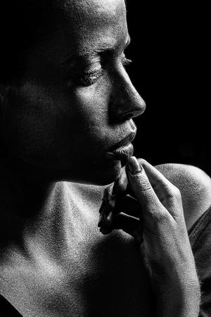 Mulher ou garota de ouro sexy tem rosto bonito com maquiagem e arte corporal cor metalizada segurando as mãos e os dedos perto da cabeça, closeup Foto de archivo - 91905650