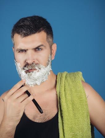 男は理髪店、新しい技術でブラシにかみそりとシェービングゲルでひげと口ひげをカット。ファッションと美しさ、革新。
